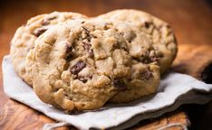 Doubletree chocolate chip cookies are beyond phenomenal. These monstrous beasts are exceptionally soft, chewy, and buttery. Packed full of gooey chocolate chips and crunchy walnuts. Chocolate Chip Cookies, Doubletree Chocolate Chip Cookie Recipe, Oatmeal Cookies, Chocolate Chips, Ghirardelli Chocolate, Peppermint Cookies, Eat Seasonal, Marzipan, Cookie Dough