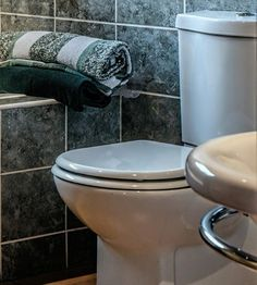 Hacks And Tips For A Great Smelling Bathroom – Frugal Blossom Diy Home Cleaning, Household Cleaning Tips, House Cleaning Tips, Diy Cleaning Products, Cleaning Supplies, Bathroom Cleaning Hacks, Toilet Cleaning, House Smell Good, Diy Cleaners