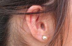 Czyszczenie uszu należy przeprowadzać ostrożnie i tylko w przypadku, gdy w uchu zbierze się zbyt dużo woskowiny. Nie wolno wpychać głęboko patyczków z watą, gdyż może to spowodować upchnięcie głęboko woskowiny i powstanie tzw. czopu, który potem ciężko usunąć. Nadmiaru woskowiny można się pozbyć za pomocą preparatów dostępnych w aptekach, a jeśli to nie pomaga, to warto udać się do laryngologa.