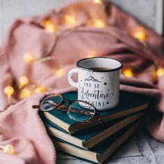 Идея для фото в инстаграм. Зимняя раскладка, flatlay, instagram, уют, тепло, кофе, вдохновение, книги, настроение #зима #фото #instagram #flatlay #вдохновение