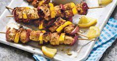 Griechisches Streetfood: Souvlaki-Spieße, die mit allerlei Gewürzen abgeschmeckt sind – einfach zum Niederknien! Top dazu: Tzaziki!