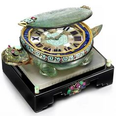 Cartier's 1928 Art Deco Turtle clock, to be exhibited by Siegelson at Masterpiece London, features a clock face edged in gold with diamond-set hands in the form of a dragon, hidden inside a turtle's shell decorated with black and turquoise enamel and ruby Old Clocks, Antique Clocks, Vintage Clocks, Mantel Clocks, Antique Watches, Bijoux Art Deco, Art Deco Jewelry, Arte Art Deco, Art Nouveau