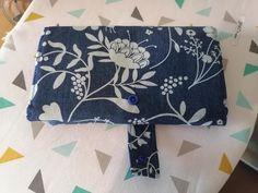 Compagnon Complice bleu à fleurs blanches cousu par Christelle - Patron Sacôtin