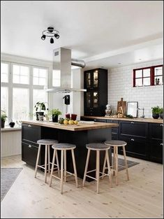 127 Awesome Dining Room Decoration Ideas A New Look Is Possible With The Best Interior Design (116) #diningroom #diningroomideas #diningroomdecorating #diningroomdecor #diningroomdesign #diningroomtablechairs #diningroomtable #diningroomlighting #diningroominspiration Home Decor Kitchen, Interior Design Kitchen, New Kitchen, Home Kitchens, Kitchen Dining, Kitchen Black, Nordic Kitchen, Awesome Kitchen, Küchen Design