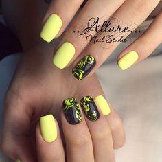 Черно-желтый дизайн ногтей с яркими вензелями.