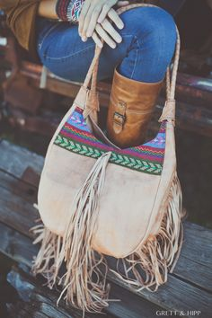 ... Nos cargamos de estilo ...  Con nuestros bolsos de #cuero frabricados en Marruecos. Este con personalización en #tela de tonos cálidos y #flecos largos en cuero a los lados y al centro.   Su edición limitada lo hace único.   http://grettandhipp.com/tienda/bolsos/bolso-cuero-8/ Antes 79,90€, ahora 40€  Feliz martes  Equipo Grett & Hipp