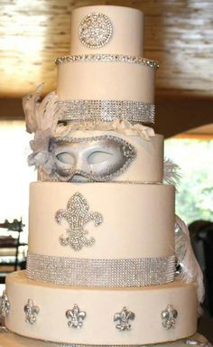 Silver Masquerade themed wedding cake I love the Fluer de Lis but I'm not so sure about the mask.