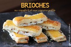 Brioche / Buns with roquefort and toasted pine nuts Eat Me Drink Me, Good Food, Yummy Food, No Cook Meals, Brunch Recipes, Hot Dog Buns, Finger Foods, Coco, Sweet Tooth