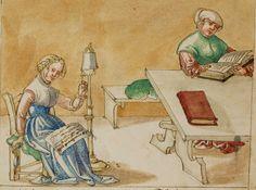 Eine Frau sitzt beim Spinnen und singt, eine zweite Frau sitzt am Tisch und liest aus einem Buch. Warnung vor schlechter Lektüre.