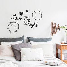 Decora el cabecero de tu cama con este vinilo deocrativo tan amoroso y divertido. Love me tonight