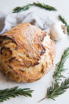 Roasted Garlic & Rosemary No Knead Artisan Bread is an easy rustic bread recipe that you will wonder why you haven't tried making artisan bread before! Artisan Bread Recipes, Healthy Bread Recipes, Sourdough Recipes, Loaf Recipes, Bread Machine Recipes, Cooking Recipes, Cornbread Recipes, Jiffy Cornbread, Pain Artisanal