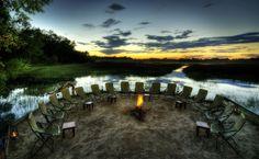 Lagerfeuer mitten im Okavango Delta     http://www.tripodo.de/reiseangebot/classic-safari/9658/