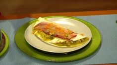 Plnené tortily skuracím mäsom, cícerom akukuricou smiešaným rajčinovým šalátom