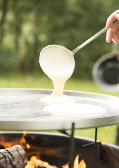 En bålpanne kan varme deg i hytteveggen, eller bare lage kos på uteplassen. Men enten du er på hytta eller hjemme - så bruk din bålpanne til å lage mat! Bbq Party, Baking, Tableware, Drink, Food, Porches, Bread Making, Dinnerware, Patisserie