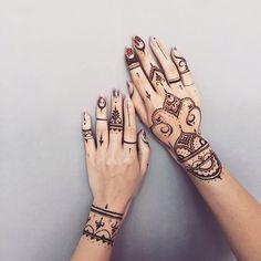 I love those henna tattoos!- I love those henna tattoos! I love those henna tattoos! Henna Hand Designs, Mehndi Designs Finger, Indian Henna Designs, Mehndi Designs For Fingers, Beautiful Henna Designs, Henna Tattoo Designs, Henna Tattoo Hand, Tribal Hand Tattoos, Henna Mehndi