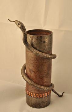 Manufatto creato con un bossolo di granata da 75 mm. La vipera in ferro lavorato rappresenta il veleno della guerra e la morte. [Collezione Ottorino Brunello] #FirstWorldWar #GrandeGuerra #PrimaGuerraMondiale
