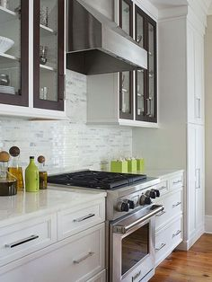 A pro-style gas range is the perfect cook's companion. Deep drawers flank the range to provide storage for cookware and large serving pieces. /