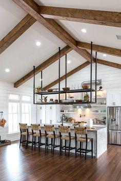 Nichts komplettiert den Landhausstil besser als rustikale Holzbalken in der Küche, wie diese eindrucksvolle Küche zeigt.