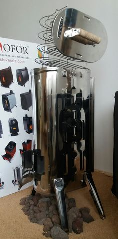 Bio Stove Affumicatore/forno a  legna portatile Duplet Smoker in acciaio inox temperato resistente fino a 750 gradi di temperatura. L' affumicatore/forno dispone di: 1 sportello anteriore per il caricamento, 1 sportello anteriore per l'aria comburente e per svuotare le ceneri, 1 coperchio removibile sul piano superiore al quale è attaccato un saliscendi con 5 griglie parallele per l'affumicatura/cottura degli alimenti, 1 canna fumaria posteriore , 4 piedini, 1 sacca cerata per il trasporto.