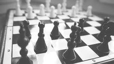 Šachovnica, figúrky a šachová doska.