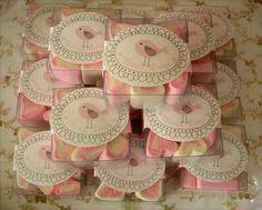 Linda caixinha com marshmallow em formato de coração! Ideal para presentear na maternidade ou aniversário. Fazemos em qualquer tema e cores. R$ 3,00