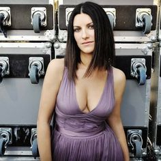 Laura Pausini feels safer in Mexico Laura Paussini, Divas, Pop Music Artists, Italian Beauty, Sexy Jeans, Beautiful Dresses, Short Hair Styles, Photos, Idol