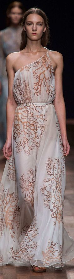 Valentino at Paris Fashion Week Spring 2015 - Runway Photos Fashion Week, Look Fashion, Runway Fashion, Fashion Show, Paris Fashion, Woman Fashion, Fashion Trends, Best Gowns, Belle Silhouette