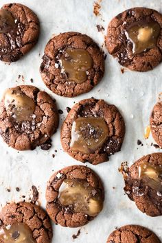 Perfectly chewy vegan chocolate chip cookies with puddles of salted caramel. They are sweet, salty, gooey and totally addictive. Vegan Dessert Recipes, Vegan Sweets, Cookie Recipes, Delicious Desserts, Vegan Caramel, Caramel Recipes, Tea Cakes, Cupcakes, Chocolate Caramel Cookies