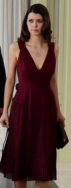 Beren Saat'in İntikam'ın 14. bölümünde giydiği elbise Burberry, kolyesi ise Boybeyi markalı.