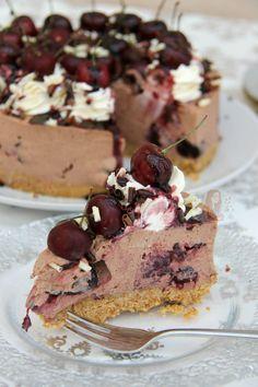 No-Bake Black Forest Cheesecake! White Chocolate Brownies, White Chocolate Chip Cookies, Chocolate Torte, Chocolate Cheesecake, Cheesecake Recipes, Dessert Recipes, Gourmet Desserts, Cheesecake Bars, Easy Desserts