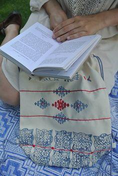 Batoh s motívmi páv, kvet-svet, dlaždice /biely, modrý, červený/
