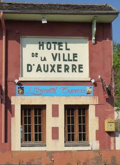 Des signes sur les murs: Hotel de la Ville..