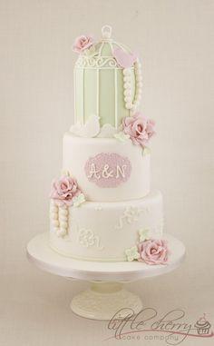Ideas originales eventos y bodas vintage con jaulas, aves y mariposas / www.globosdeluz.com / ventas@globosdeluz.com / #vintage #jaulas #pajarso @Sarah Masciana # buttterflies #birdcage #fresh #fun #floral #stationery #invitations #wedding #centerpieces / Birdcage Wedding Cake - by littlecherry @ CakesDecor.com - cake decorating website
