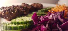 Een heerlijk koolhydraatarm hoofdgerecht, köfte met gerapste wortel en rode kool. Het perzische woord küfta betekent vleesbal. Köfte zijn gehakballetjes volgens turks recept. Köfte wordt vaak gegeten met verschillende soorten rauwkost.