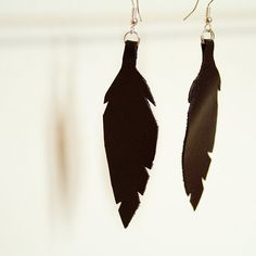 Leather feather earrings. Feather Earrings, Drop Earrings, Diy Ideas, Jewelry Making, Crafty, Live, How To Make, Leather, Drop Earring