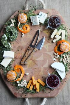 Yksi tämän joulun sesonkituote on juustokranssi, joita on jo nähty montaa erilaista mallia. Ongelma kokonaan juustolla tehdyssä isossa kranssissa on se, että syöjiä pitää olla paljon, sillä valmiiksi palastellut juustot kuivuvat nopeasti. Tästä syystä meillä... Malta, Dairy, Cheese, Food, Essen, Yemek, Meals, Grout