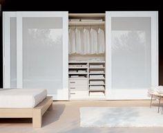 Projetar os cômodos da casa com móveis sob medida realmente deixa o ambiente organizado e bonito. Imagina aliar isso ao vidro colorido em alguns móveis?