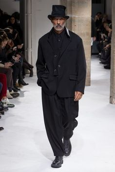 Yohji Yamamoto Fall 2017 Menswear Fashion Show Collection: See the complete Yohji Yamamoto Fall 2017 Menswear collection. Look 22 Yohji Yamamoto, Dark Fashion, Autumn Fashion, Mens Fashion, Style Masculin, Lolita, Inspiration Mode, Mens Fall, Looks Style