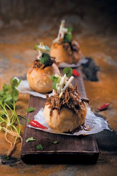 Pulled Lamb Masala Bunny Chow with Spicy Apple Slaw is a South African trademark. This delicious juicy meat is perfect with sweet, spiced apple. Pulled Lamb, Hottest Curry, Apple Slaw, Lamb Curry, Slaw Recipes, Exotic Food, Spiced Apples, Chow Chow, Creative Food