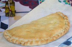 El calzone es una especialidad de la cocina italiana que tiene su orígen en Nápoles. Deriva de la pizza napolitana y de la focaccia barese. Se elabora de forma similar a la pizza pero con la masa sellando el contenido, de forma que retiene los aromas de los ingredientes durante la cocción. Se sirve …