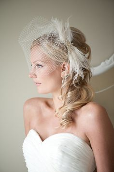 I love this look... Feather themed wedding, anyone?
