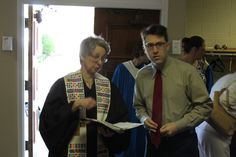 Pastor Peggy McClanahan and the day's lay leader confer.