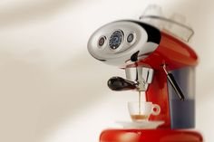 Discover Italian design and passion for coffee: espresso machines for ground coffee, capsules and coffee pods. Enjoy gourmet espresso at home. Italian Espresso Machine, Machine Expresso, Espresso Machine Reviews, Espresso Coffee Machine, Espresso Maker, Coffee Maker, Coffee Mugs, Espresso Love, Espresso At Home