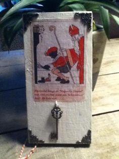"""Schattig bord met echte sleutel aan haakje met daaronder de tekst:  De magische sleutel van Sint en Piet want een """"schoorsteen"""" heeft dit huis niet... Te koop op Marktplaats"""