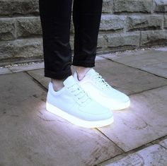 Via @3petitspoints Magazine on FB Sneakers à talons lumineux, rechargeables avec câble USB. Collab signée Yifang Wan & Samuel Yang  ▻ http://shop.light-it-up.net/