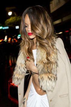 Rihanna mit langen Haaren und hellen Strähnchen