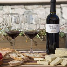 Afternoon plans: wine and cheese tasting! Discover tasty pairing ideas featuring THE Wines from Cosentino Winery and Cabot Cheese on our blog