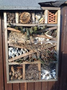 Få mere liv i haven med et insekthotel Farm Gardens, Outdoor Gardens, Home Garden Design, Home And Garden, House Bugs, North Garden, Jardin Decor, Bug Hotel, Birds And The Bees