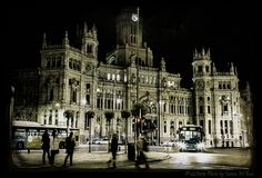 500px / Photo At the door of the Mail office (Madrid) by Juana Maria Ruiz
