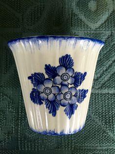 Gio Ponti - piccolo vaso in ceramica con decoro a fiori bianchi e blu. Produzione Richard Ginori San Cristoforo. Marchio sul fondo in blu. Anni '30 del XX secolo. Collezione privata.